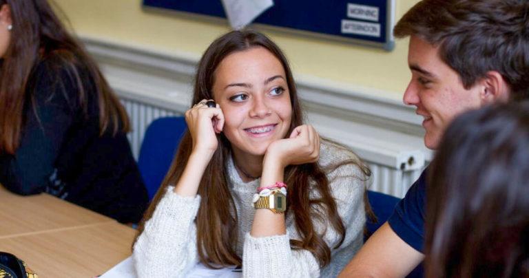 طلاب يبتسمون في الصف