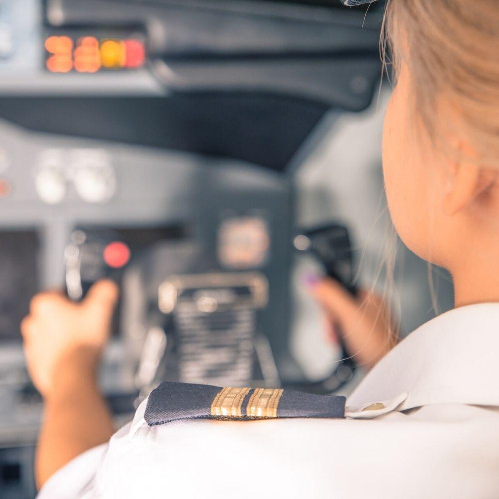 طيّارة أنثى أمام لوحة التحكم