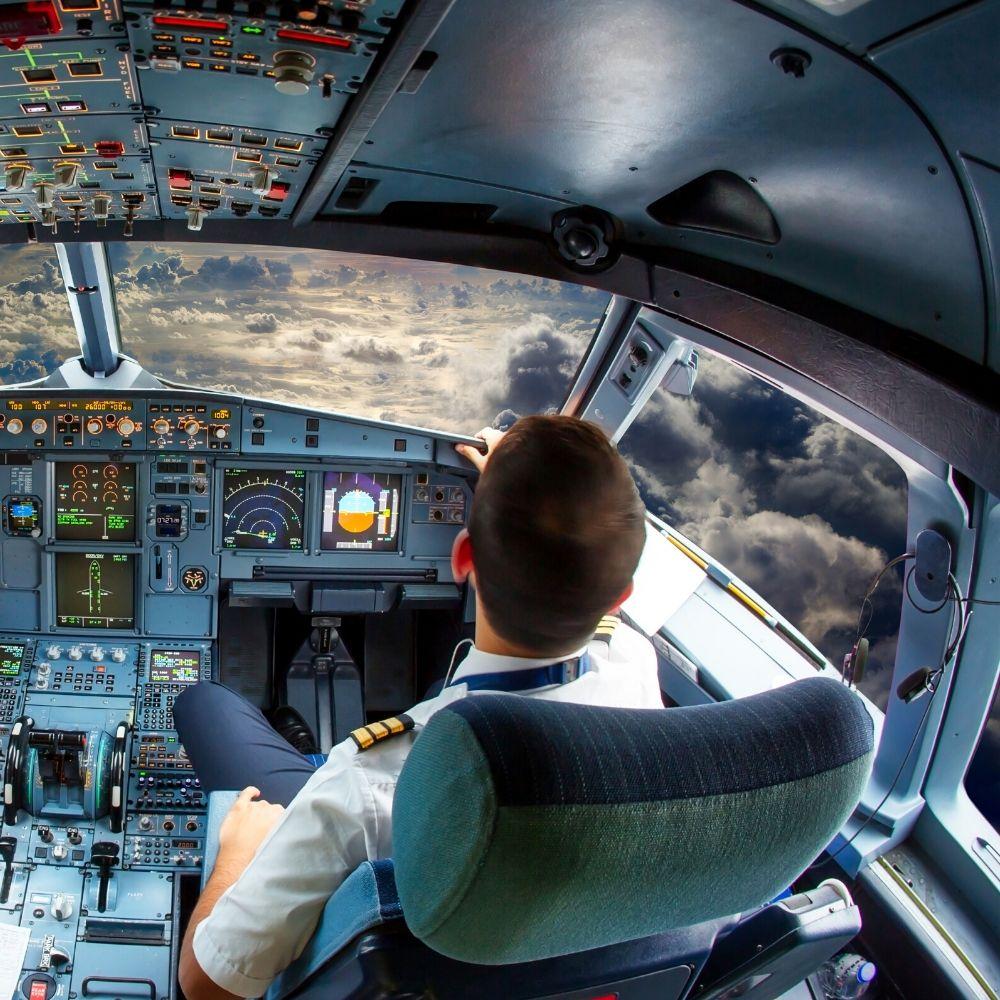 مساعد طيار في المقصورة.