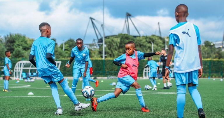 تدريب كرة القدم لفتيان صغار وهم يرتدون زي مانشستر سيتي