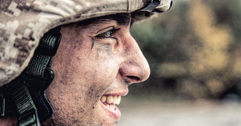 جندي مرتدي الزي الرسمي