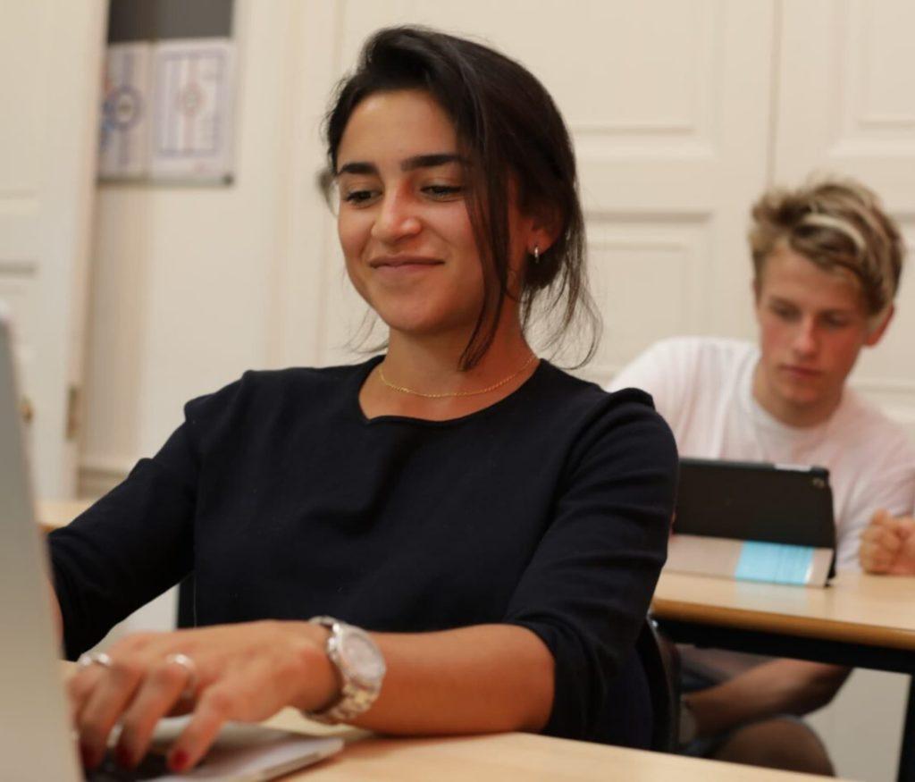 امرأة شابة تكتب على كمبيوتر محمول