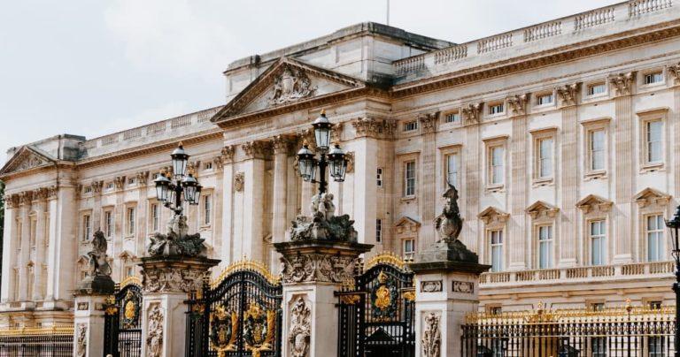 exterior of buckingham palace london