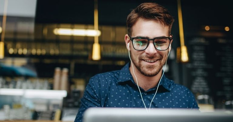 Man sitting at laptop in coffee shop