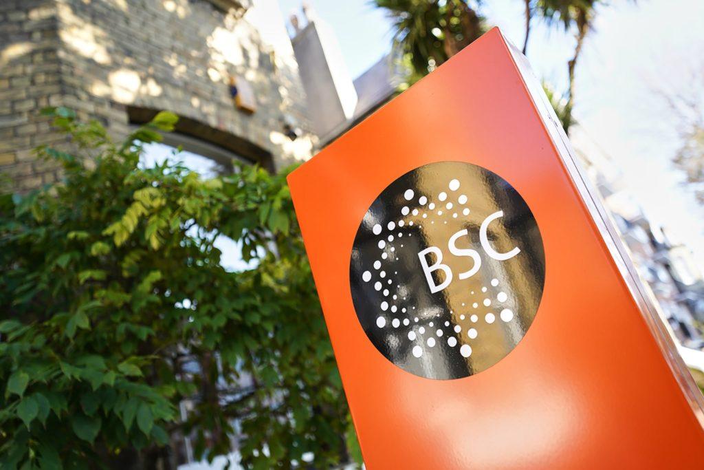 Cartel de BSC en el exterior de una escuela