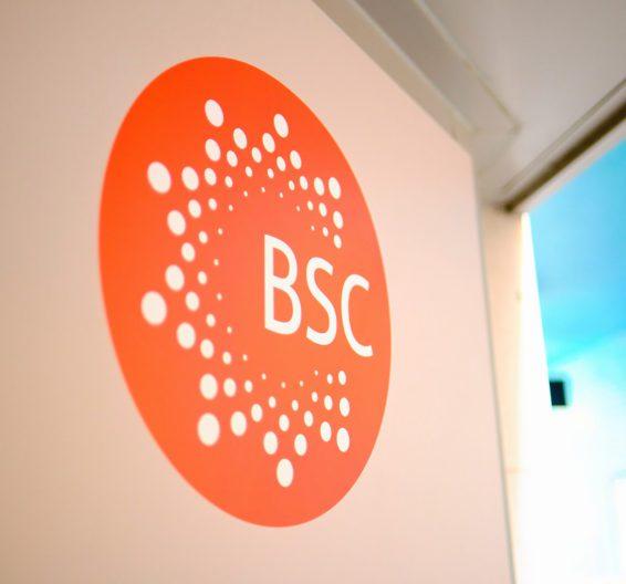 Logotipo de BSC en la pared de una escuela
