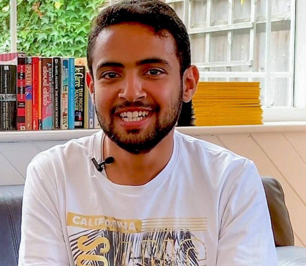 Oqab sentado en la cafetería del centro BSC de Brighton