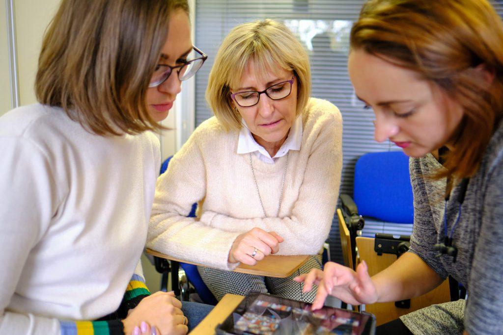 Profesoras recibiendo una formación a través de un iPad en una clase