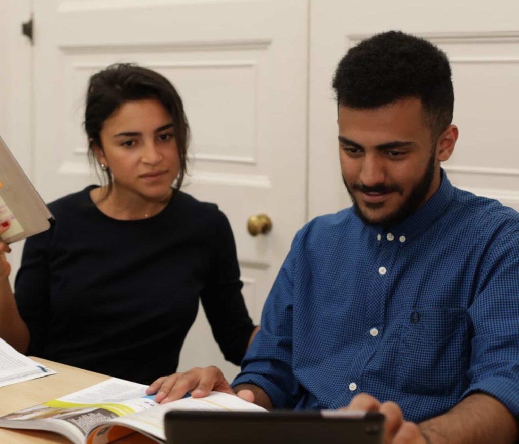 Estudiantes que preparan el acceso a la universidad estudiando juntos