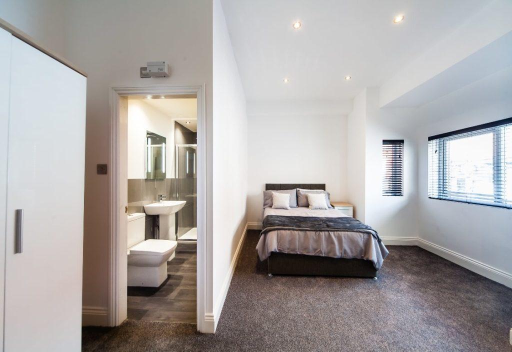 Imagen de un dormitorio con baño en casa de una familia