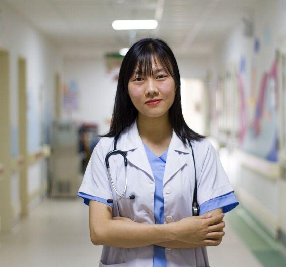 Doctora en el pasillo de un hospital