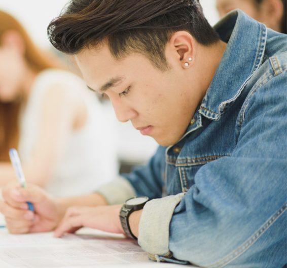 Chico preparando un examen de TOEFL