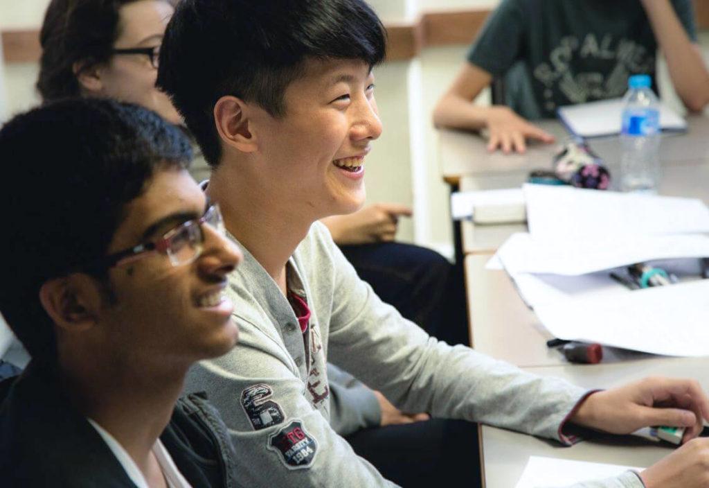 Estudiantes jóvenes en clase