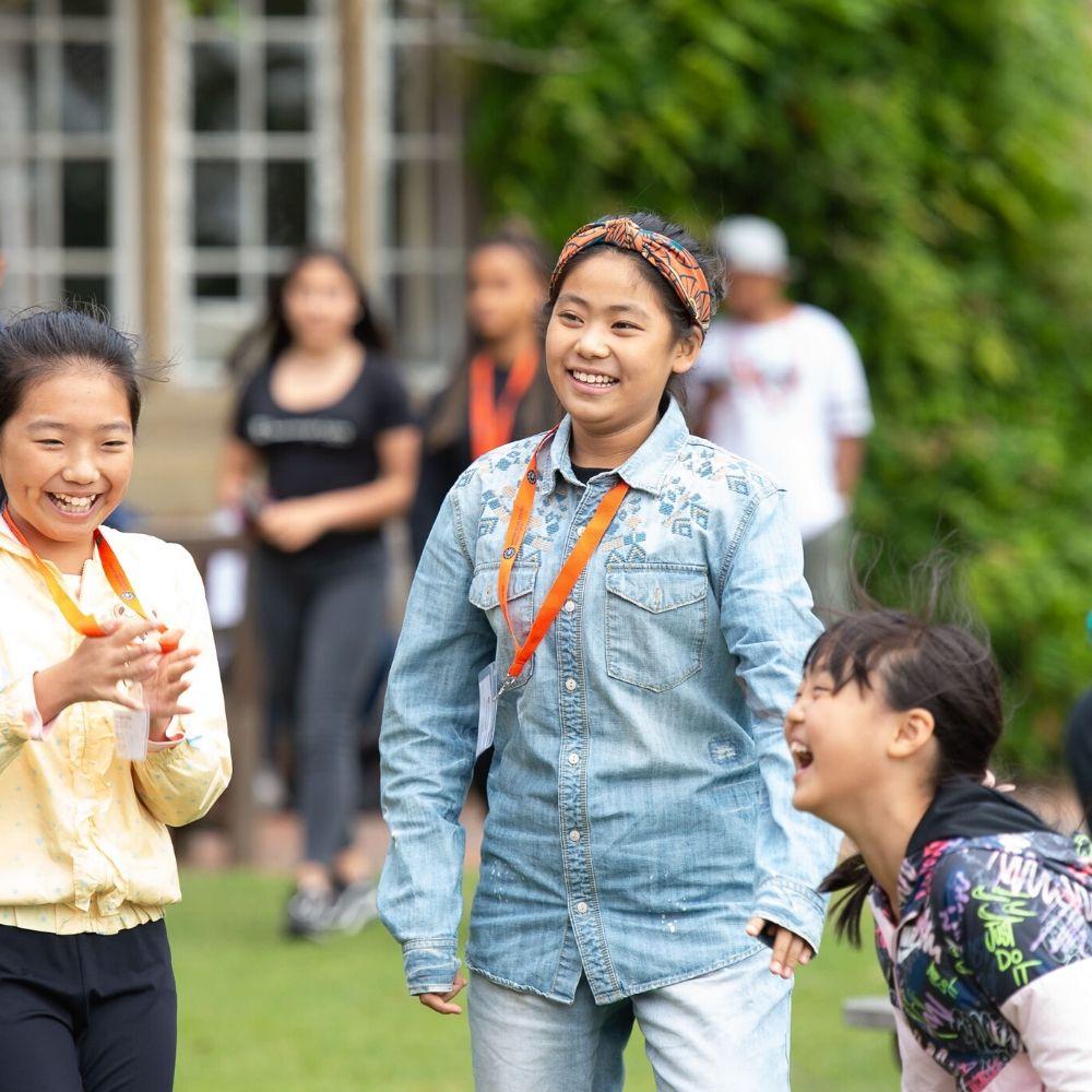 Grupo divirtiéndose en un campamento de verano de BSC