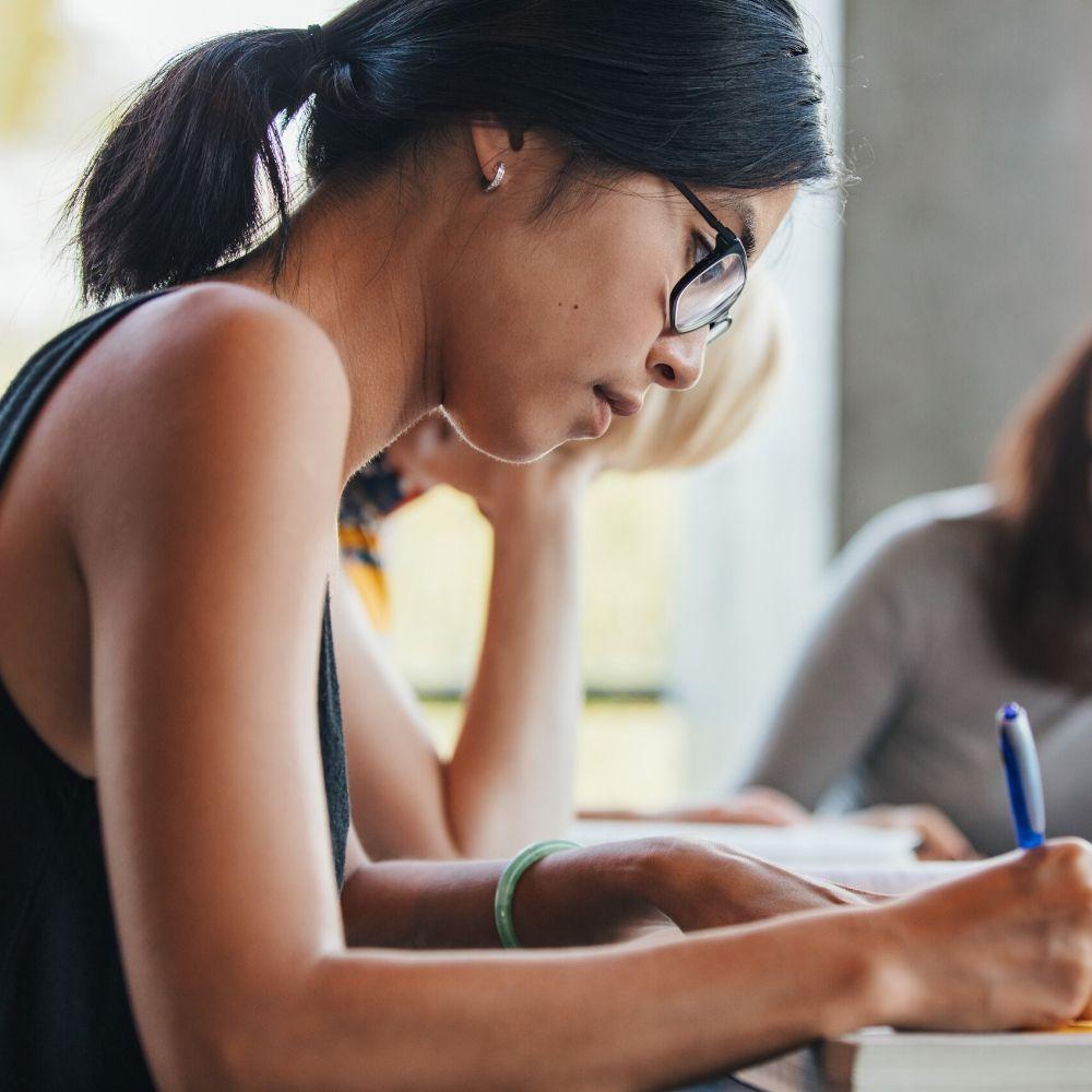 Chica estudiando con un cuaderno
