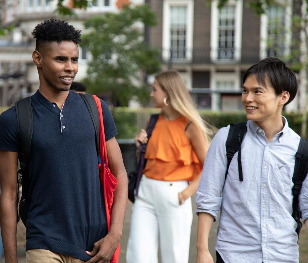 Deux étudiants discutent et se promènent dans la ville