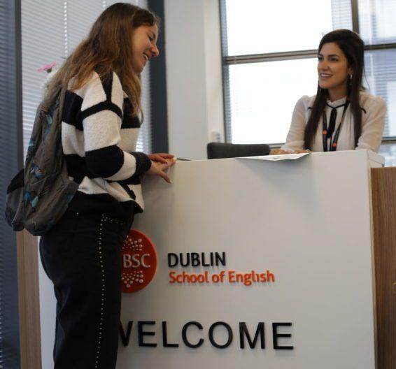 Bureau d'accueil du BSC Dublin avec un étudiant parlant à un membre de l'équipe
