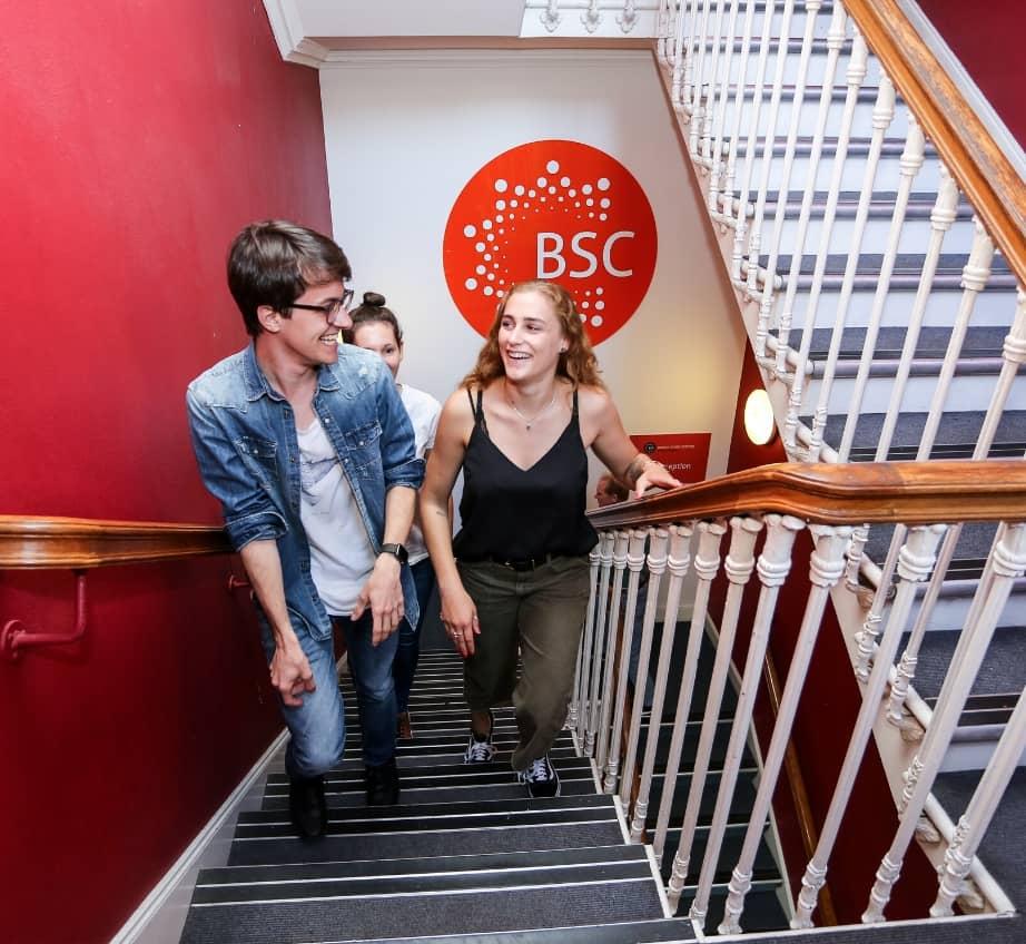 Des étudiants dans un escalier au BSC Édimbourg.