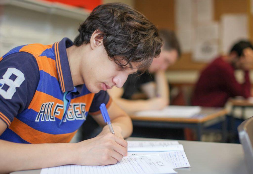 étudiant Sur le chemin de l'université en classe