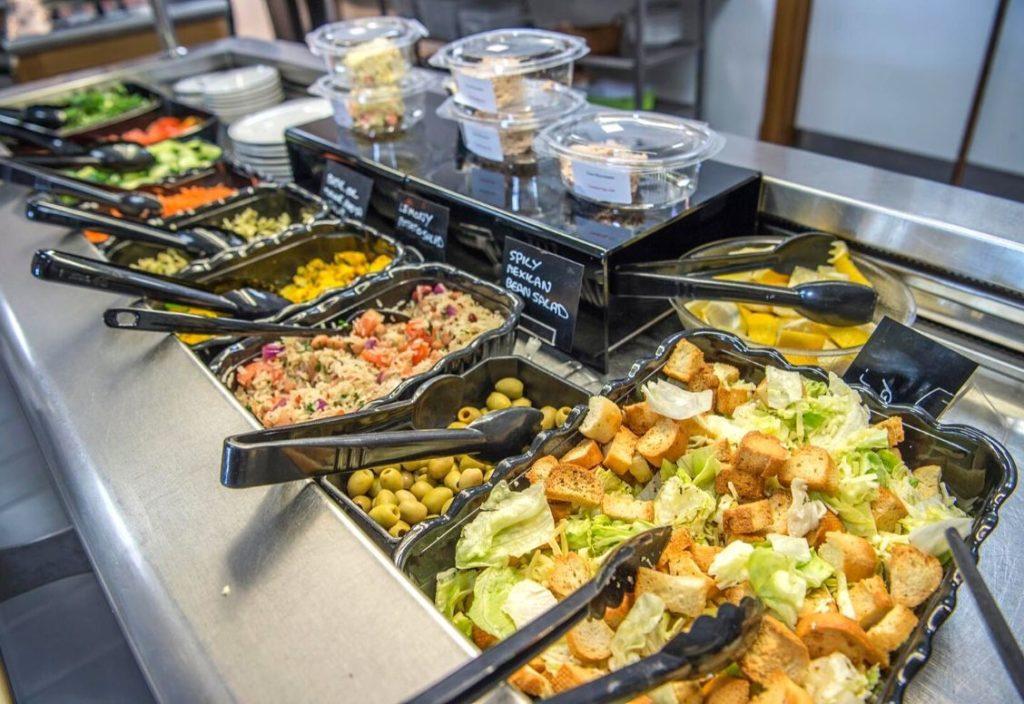 Gros plan sur le buffet de salades avec diverses options