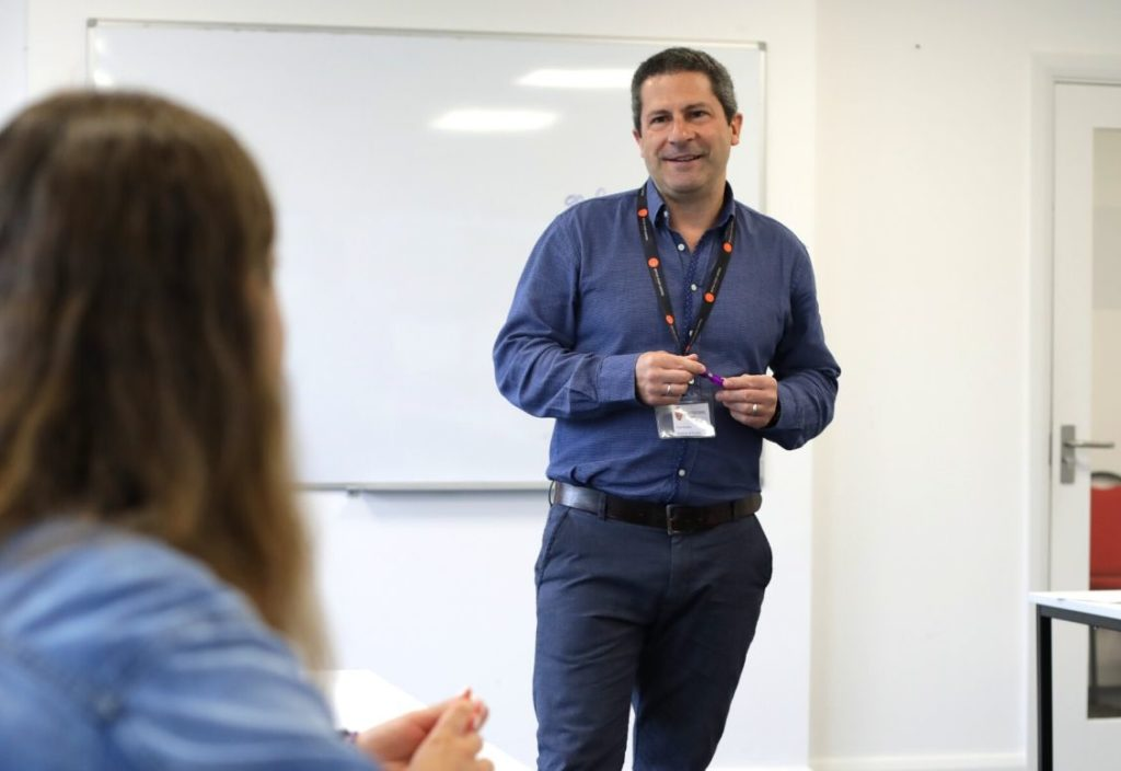 Un enseignant face à sa classe devant un tableau à BSC Dublin