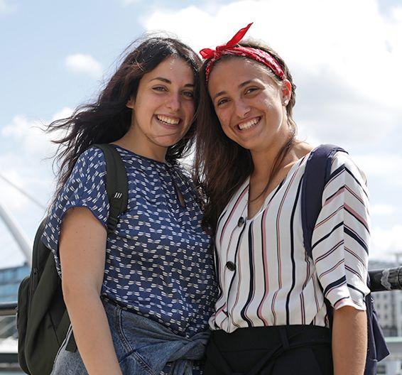 Deux étudiants souriants
