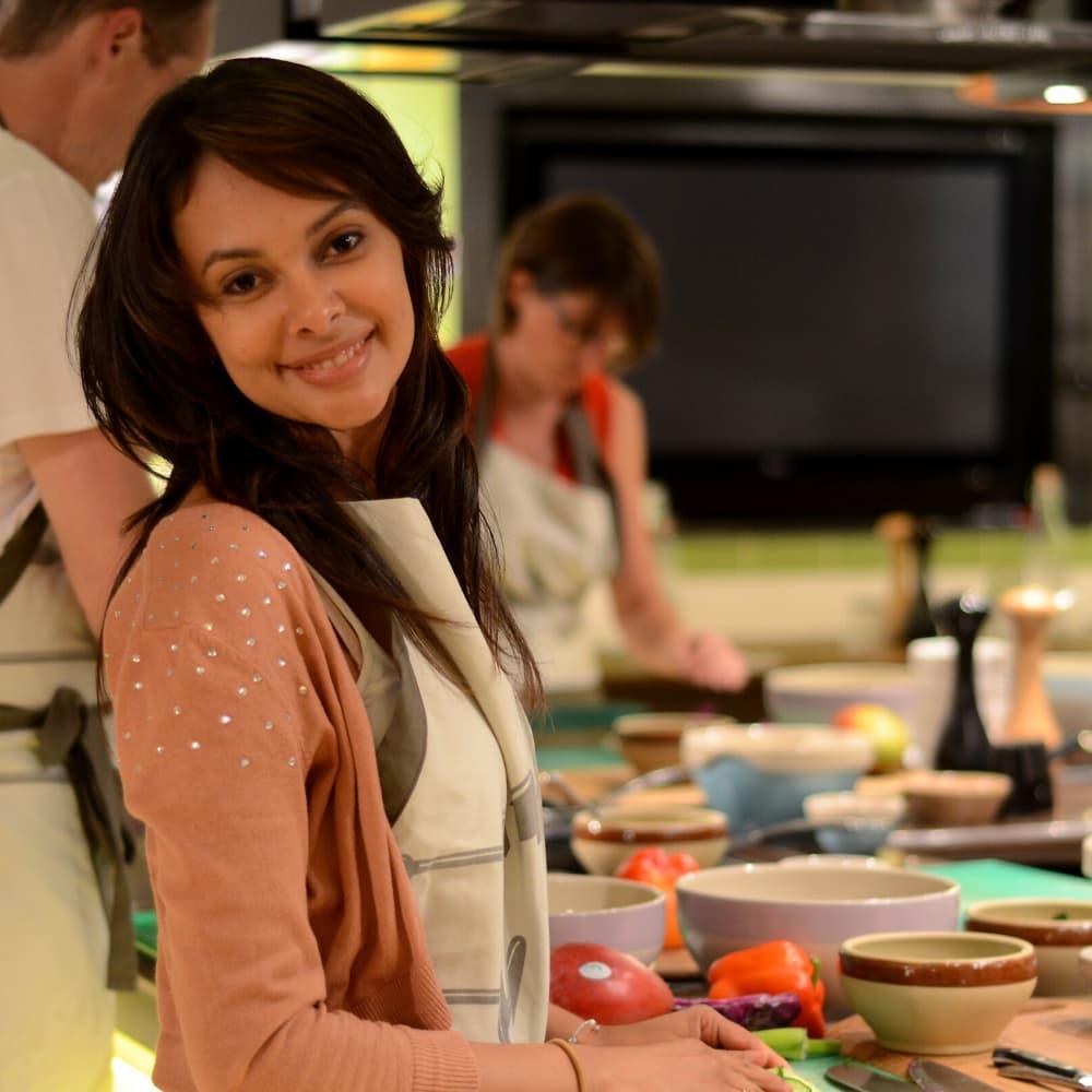Femme cuisinant en cours