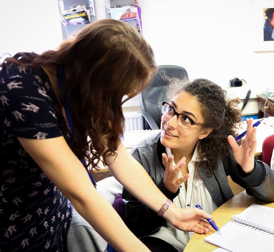 Un enseignant et son élève discutant en classe