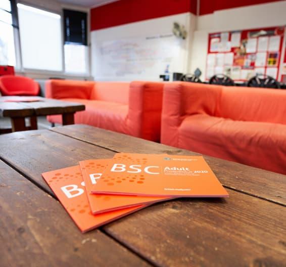 Folhetos da BSC sobre uma mesa