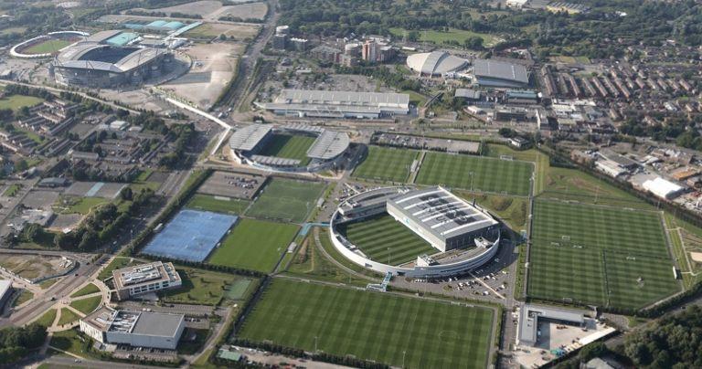 Vista aérea da academia de treinamento do Manchester City e o estádio de Etihad