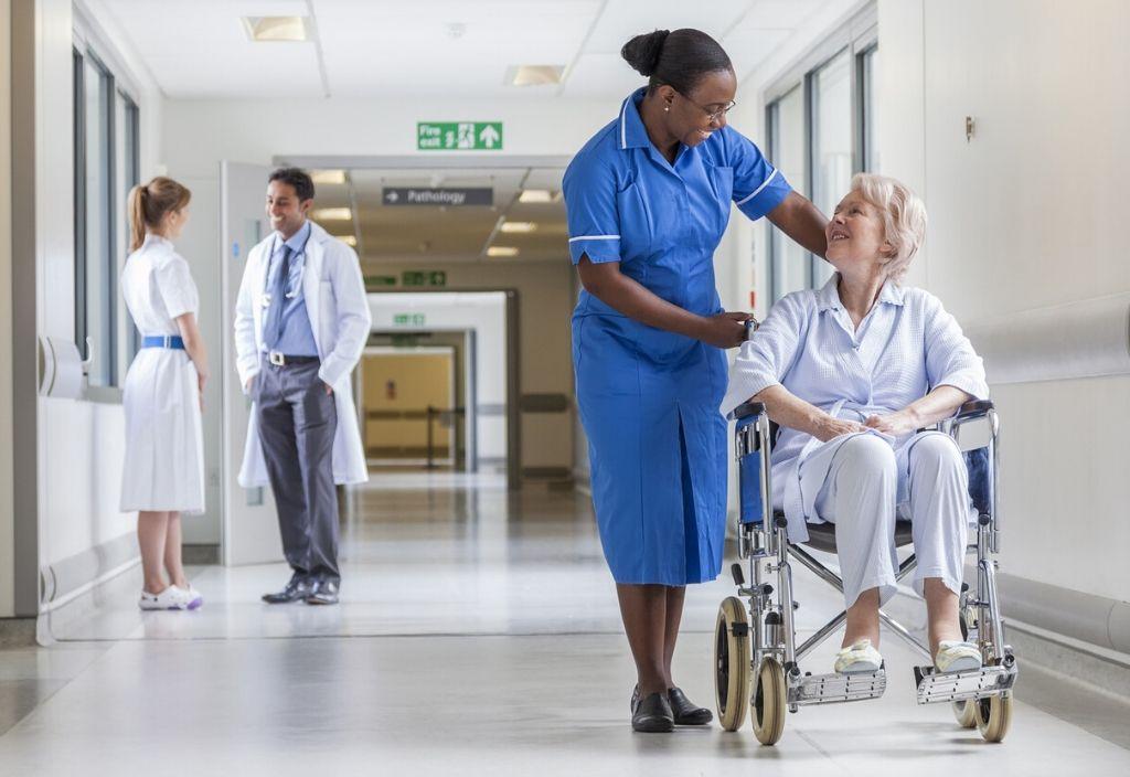 Profissionais médicos em ambiente de atenção à saúde