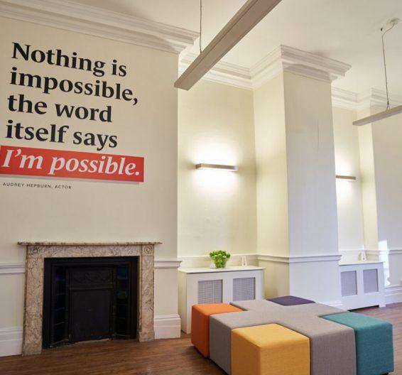Sala de aula colorida com citação na parede