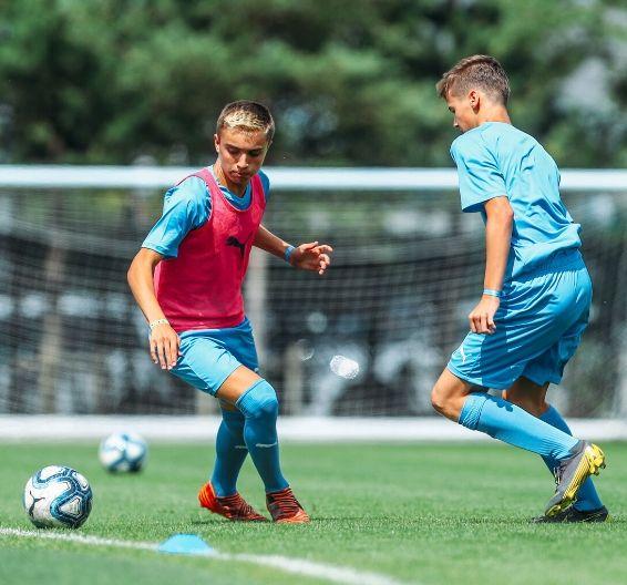 Jogadores de futebol em campo externo sob o sol