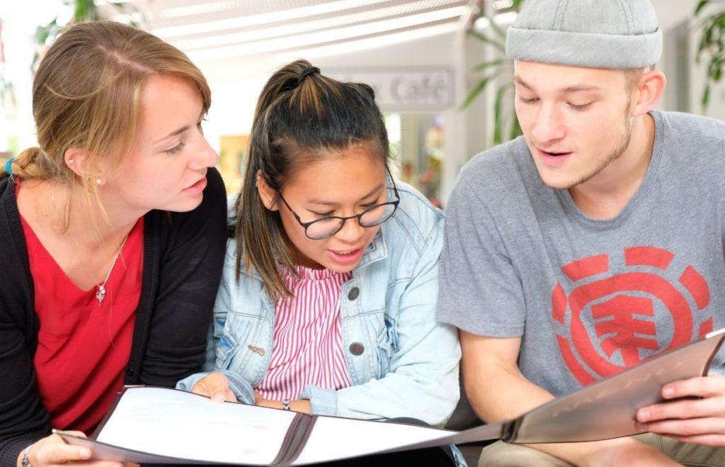 Estudantes lendo na cafeteria da BSC Brighton