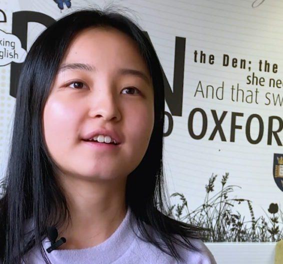 Mulher coreana em roupa lilás no lounge dos estudante na BSC Oxford