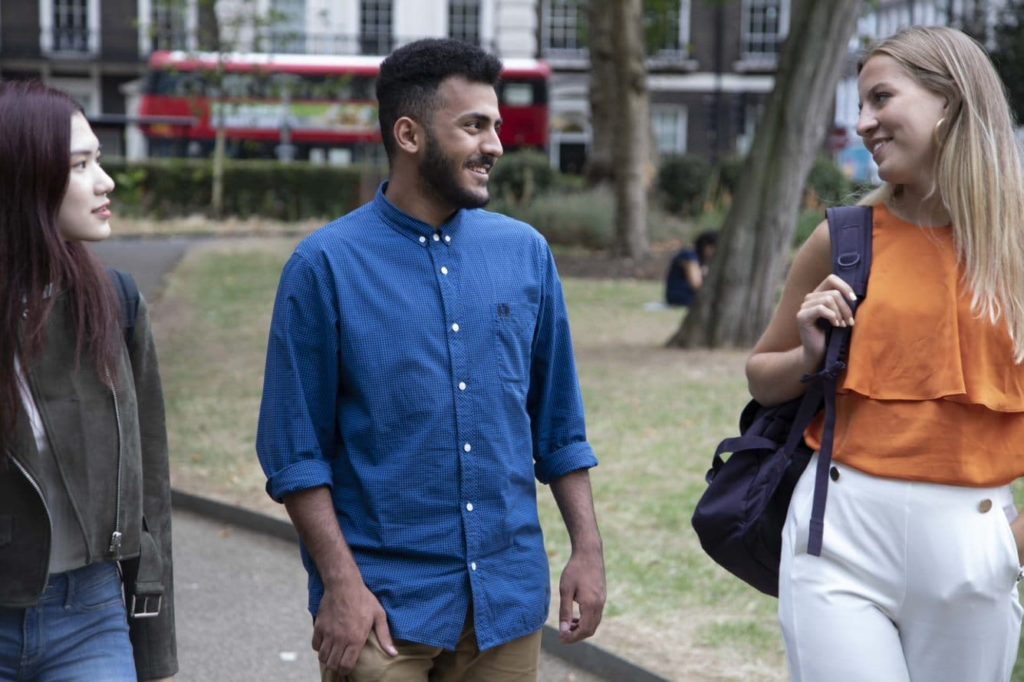 Estudantes do University Pathways andando pela Bloomsbury Square