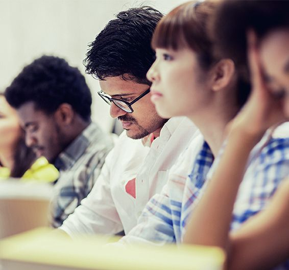 Estudantes tomam nota em uma sala de aula