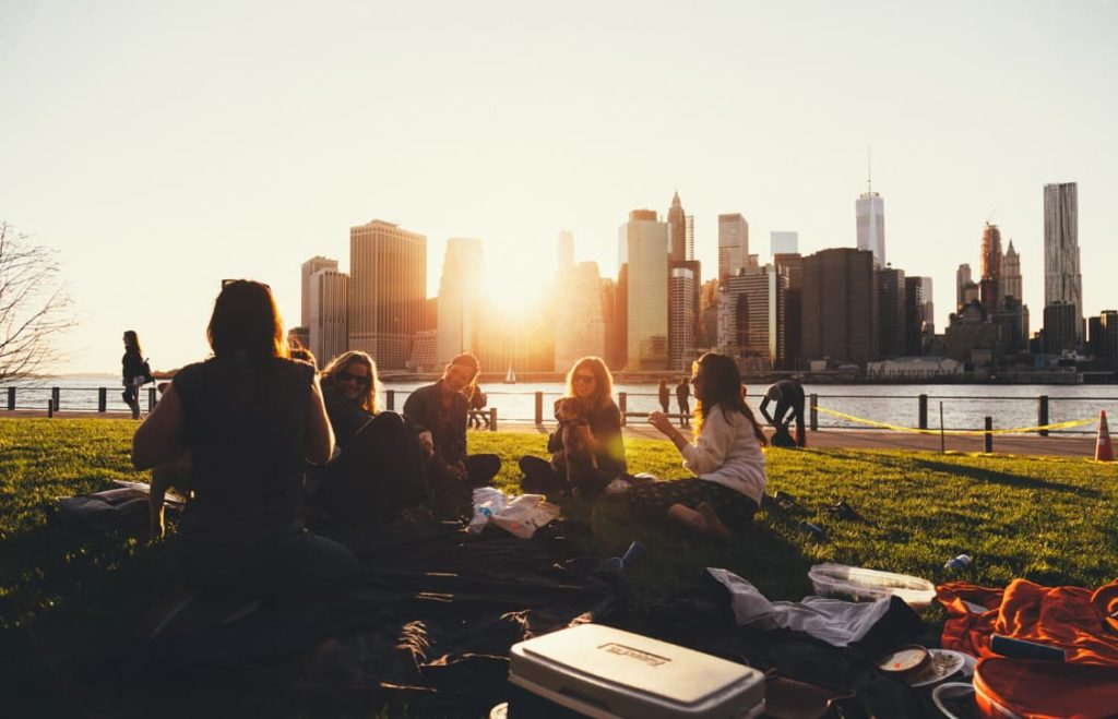 Estudantes no Brooklyn Bridge Park no pôr do sol
