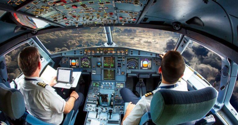 Pilotos em treinamento em um cabine