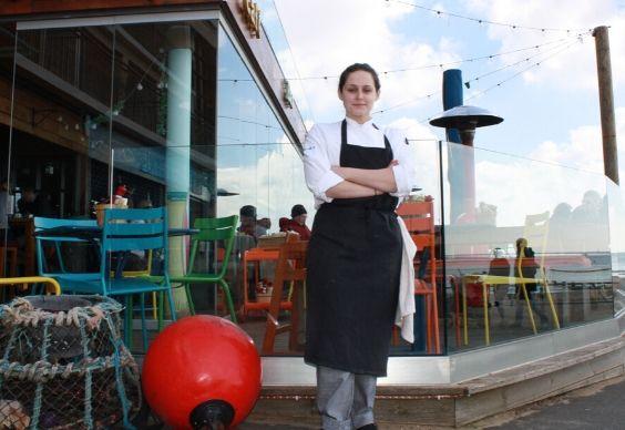 Chef em frente ao restaurante