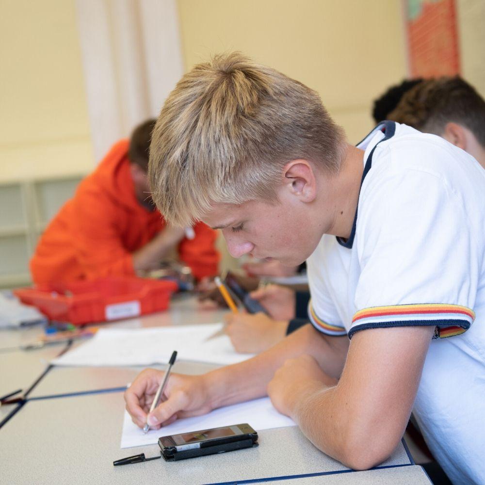 Garoto praticando inglês no curso de inglês intensivo da BSC