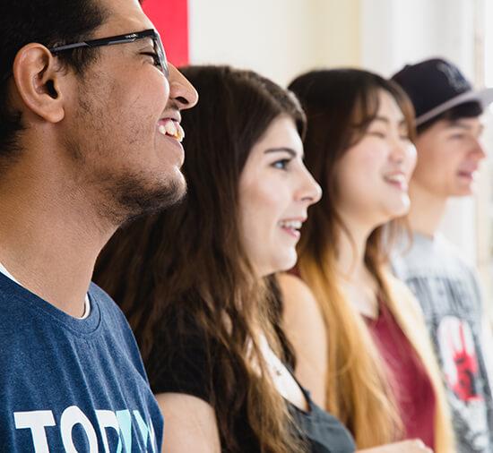 Fileira de alunos rindo na aula de inglês geral