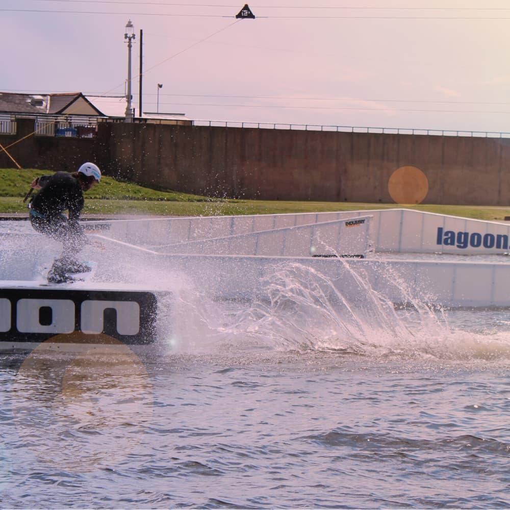 Pessoa praticando wakeboard na lagoa