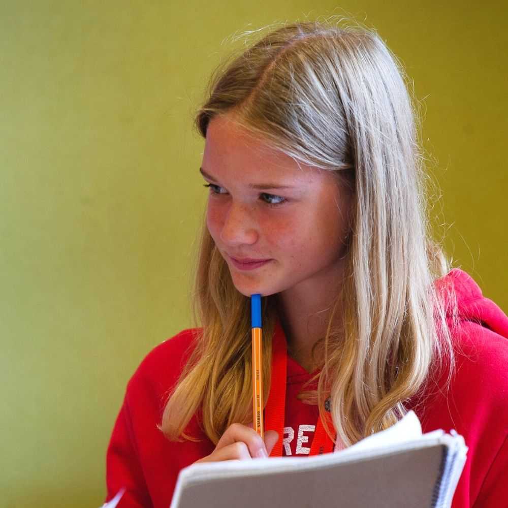 Garota praticando inglês em Centros de estudos britânicos