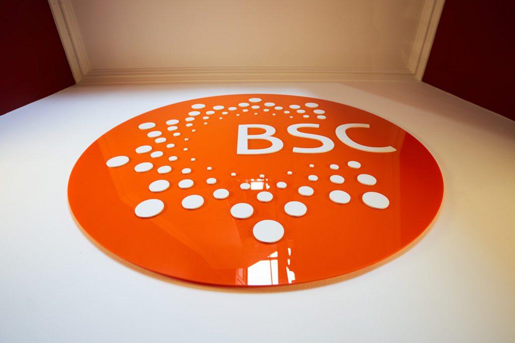 Логотип BSC на стене в одной из наших школ