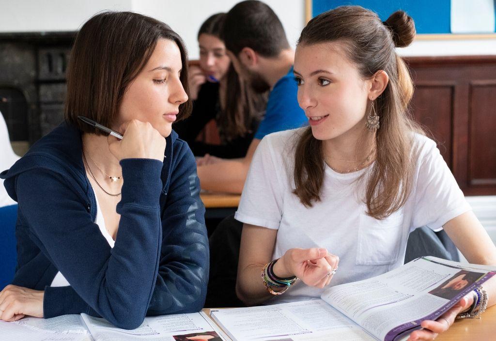 Студенты языковых курсов в классе