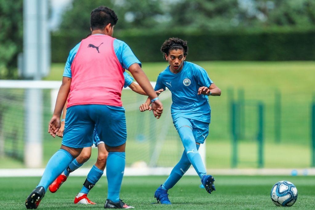 Молодые игроки на тренировке в Академии футбольного клуба «Манчестер Сити»