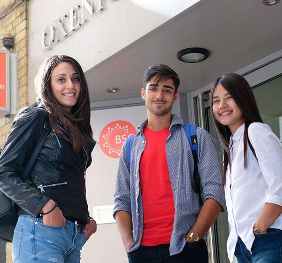 Студенты стоят у здания BSC в Лондоне