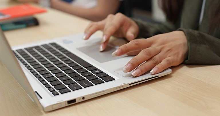 Руки на ноутбуке крупным планом
