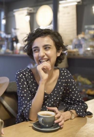 Ганира в кафе с чашкой кофе